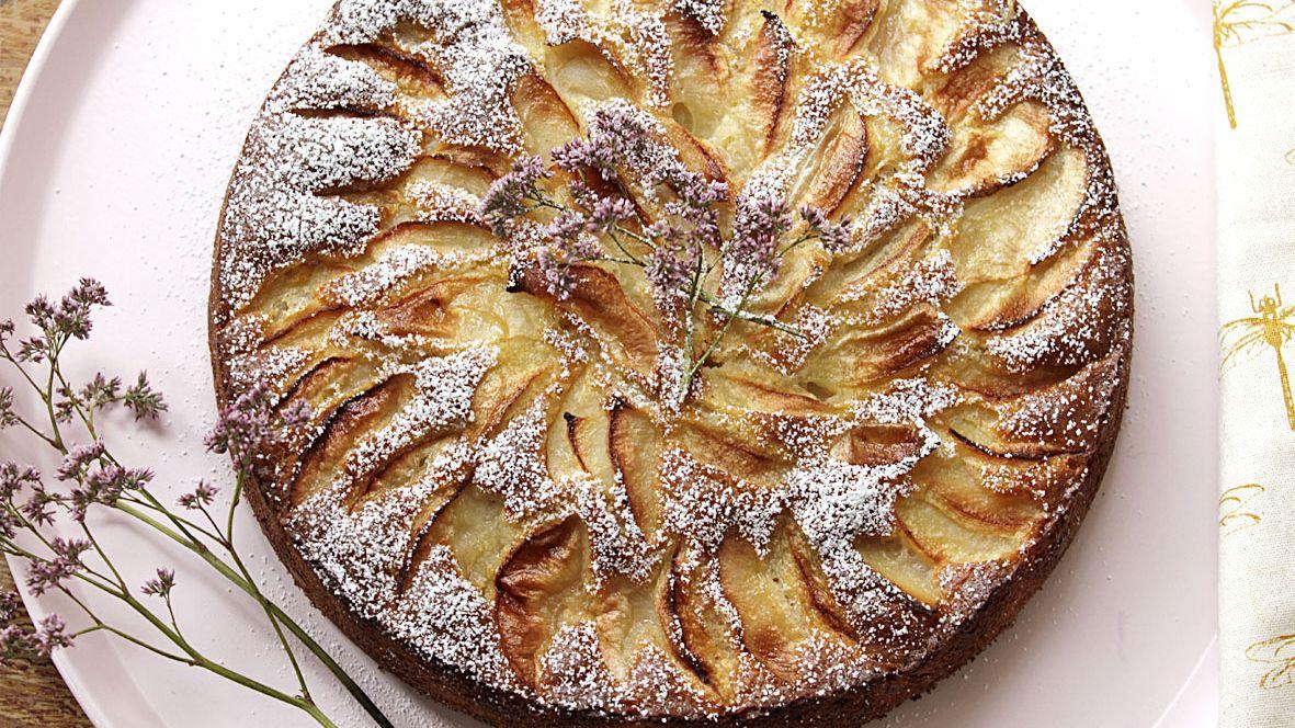 עוגת תפוחים ואגוזי לוז