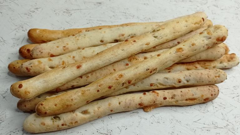 מקלות לחם עם גבינה וזיתים